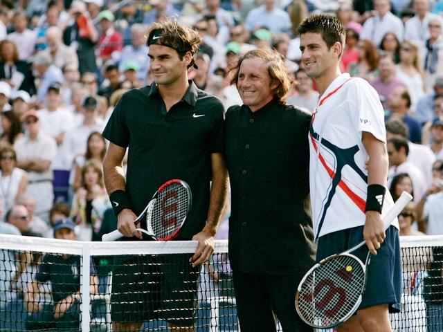 Ex-Profi Guillermo Villas posiert mit Federer und Djokovic.