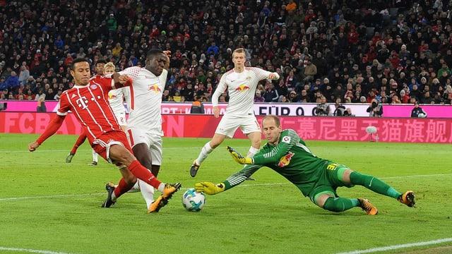 Ein Bayern Spieler sucht den Abschluss gegen den RB-Goalie.