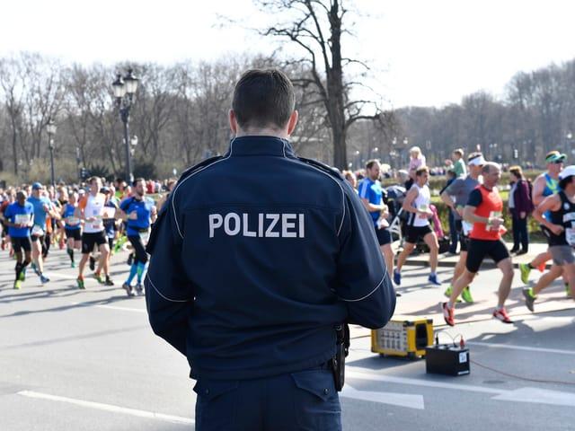 Polizei am Rand des Marathons.