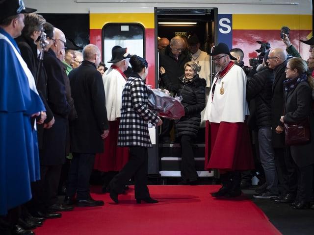 Karin Keller-Sutter steigt in St. Gallen aus dem Zug