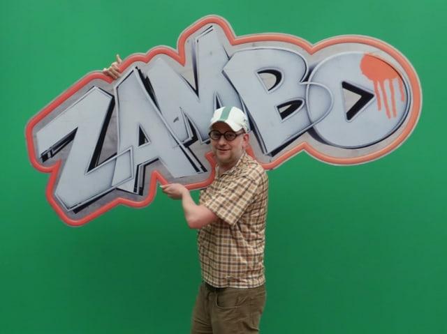 Geschichtenerzähler Michael mit dem Zambo-Logo