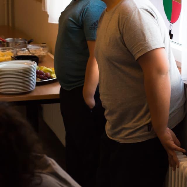 Zwei Jugendliche stehen nebeneinander. Beide haben dicke Bäuche.