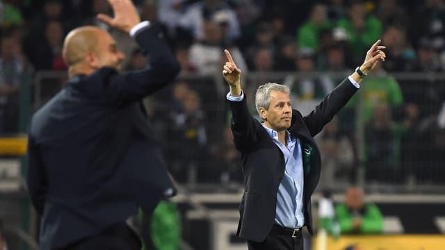 Bayerns Guardiola und Gladbachs Favre geben an der Seitenlinie Anweisungen.