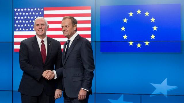Zwei Politiker reichen sich die Hand.