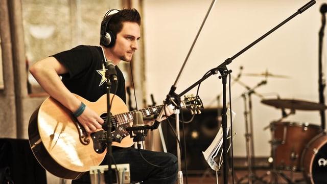 Dario Widmer a la ghitarra.