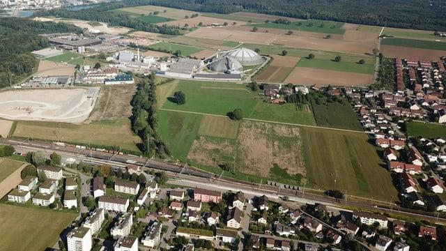 Luftaufnahme Bahnhof Möhlin, nördlich ein grosses Grüngebiet, dann Rheinsalinen