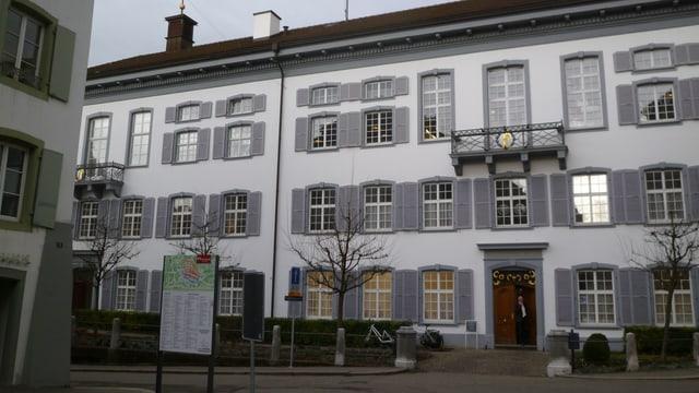 Regierungsgebäude in Liestal von aussen. Fast das ganze Gebäude ist auf dem Foto zu sehen.