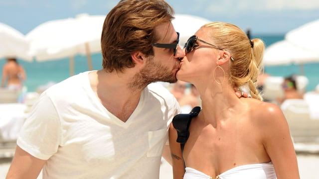 Michelle Hunziker und ihr Mann küssen sich am Strand.