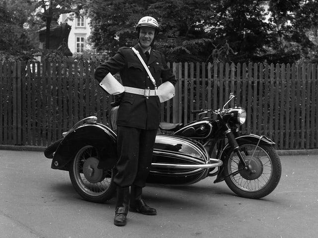 Polizist mit Motorrad