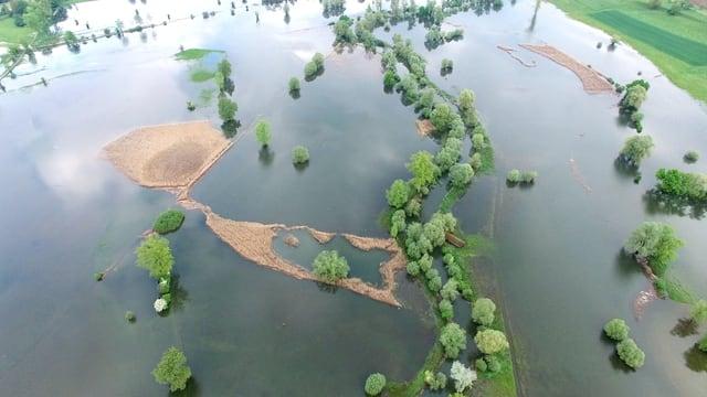 Luftaufnahme von überschwemmten Feldern in der Gegend von Maschwanden.
