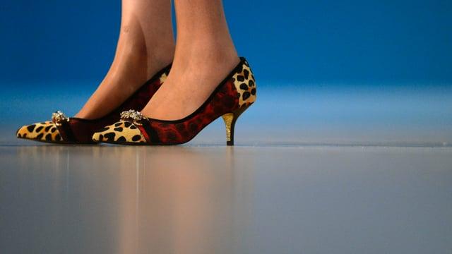 May mit gepunkteten Schuhen.