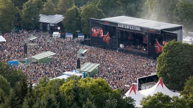 Blick von oben auf Publikum und Bühne des Gurtenfestivals.