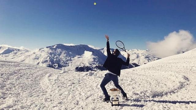 Federer macht einen Service auf dem Schnee in den Bergen