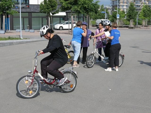 Velofahrerinnen versuchen Velo zu fahren.