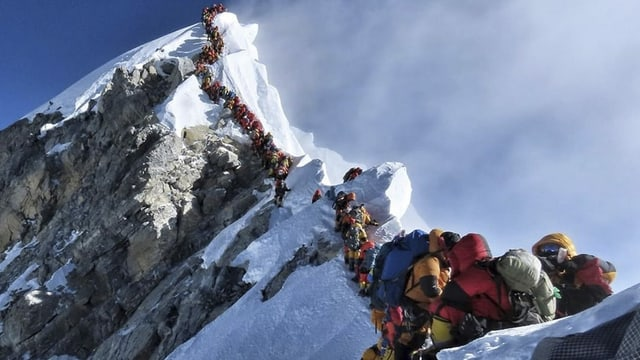 Schlange von Bergsteigern nahe des Gipfels des Mount Everest.