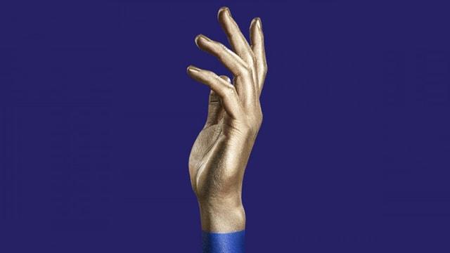 Eine Hand vor blauem Hintergrund