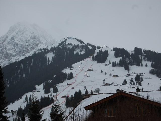 Berg mit wenig Schnee