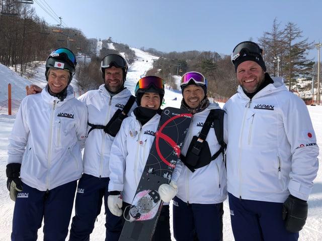 Simon und Philipp Schoch zusammen mit dem japanischen Team.