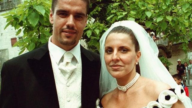 Pascal Zuberbühler in Anzug und weissem Hemd und Beatriz Zuberbühler mit schwarz-weissem Hochzeitskleid und Schleier.