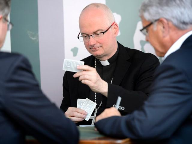 Bischof Morerod am Jassen.