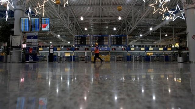Aufnahme einer leeren Chek-In-Halle an einem Flughafen in Griechenland.