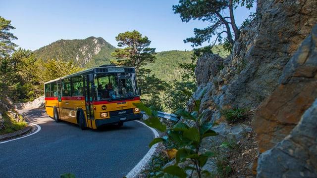 Postauto auf der Bergstrecke