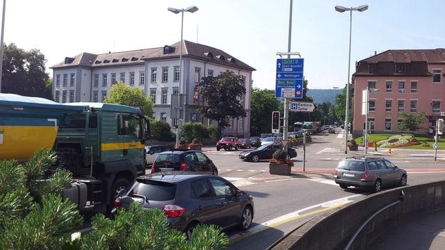 Blick auf den Platz mit Autos und Lastwagen.