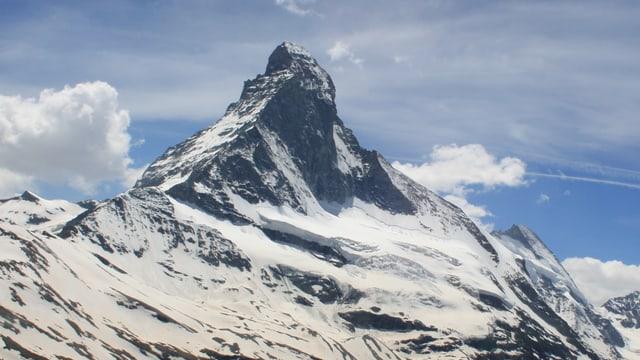 Das Matterhorn unter leicht bewölktem Himmel