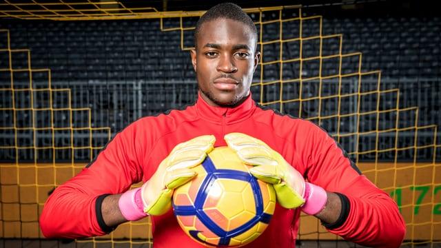 Yvon Mvogo hält einen Ball.