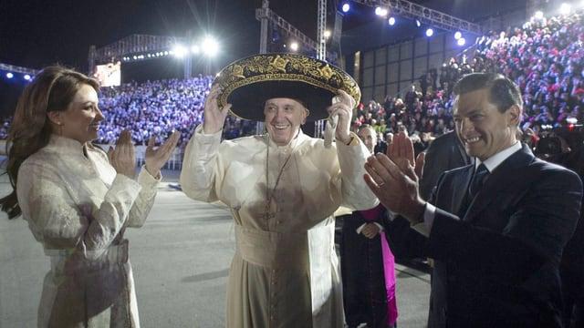Der Papst mit einem Sombrero auf dem Kopf