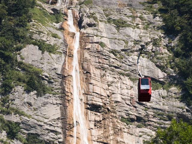 Eine Gondel über einem Wasserfall.