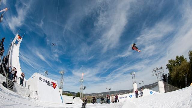 Ein Blick auf die Big-Air-Schanze auf der Landiwiese am freestyle.ch 2013.