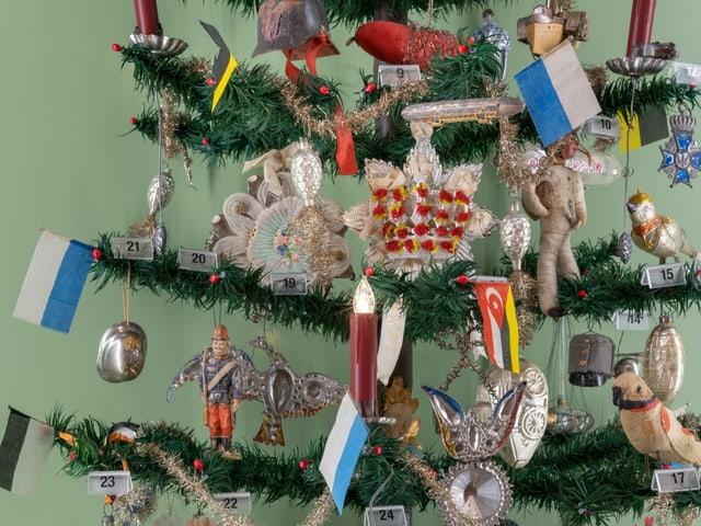 Flaggen auf dem Weihnachtsbaum