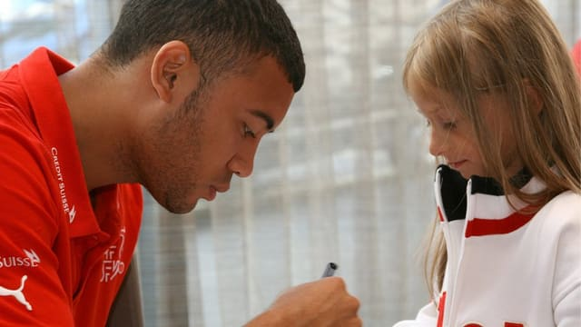 Johan Vonlanten beim Autogrammkarten schreiben für ein kleines Mädchen.