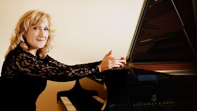 Galina Vracheva am Klavier. Sie trägt ein schwarzes Spitzen-Oberteil.