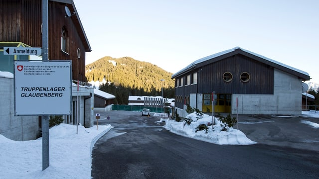 Zwei verschneite Häuser und ein Schild mit der Aufschrift Truppenlager Glaubenberg.