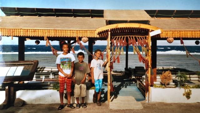 Die Akanji-Geschwister am Meer.
