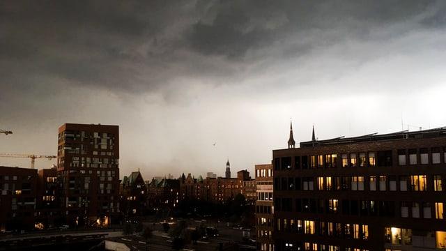 Dicke Wolken über Hamburg.