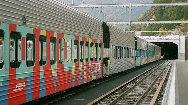 Zug der Rhätischen Bahn vor dem Vereina-Tunnel