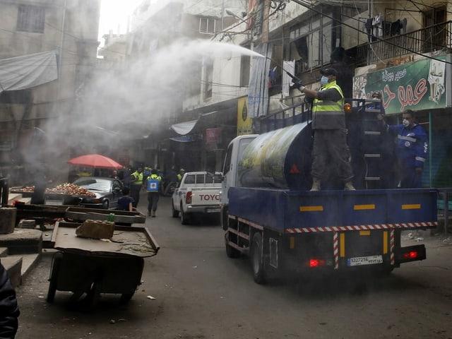 Desinfektionsmittel versprühender Lastwagen