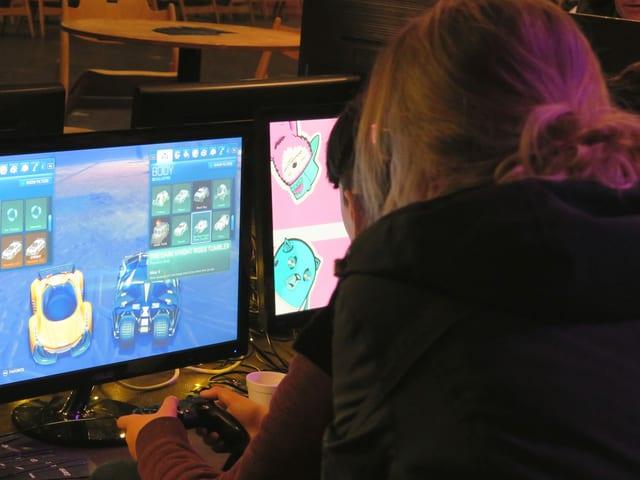 Personen vor einem Bildschirm