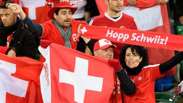Schweizer Fans halten auf den Rängen Transparente in die Höhe.