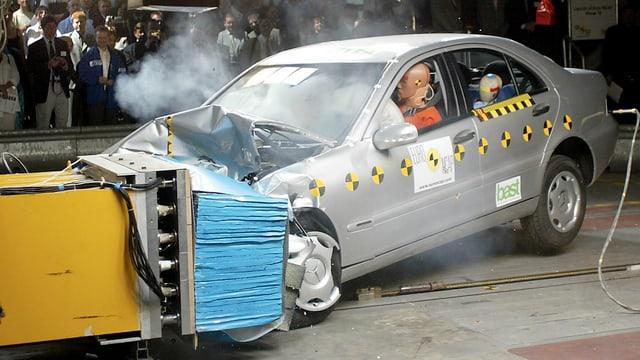 Eine Limousine fährt mit 64 km/h bei einem Crashtest in der deutschen Bundesanstalt für Strassenwesen in Bergisch-Gladbach auf ein Hindernis