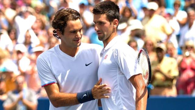 oger Federer und Novak Djokovic nach ihrem Duell in Cincinnati 2012.