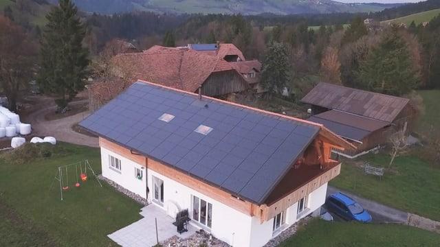 Haus mit Panels auf dem Dach