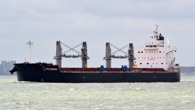 Langes schwarzes Frachtschiff mit Türmen