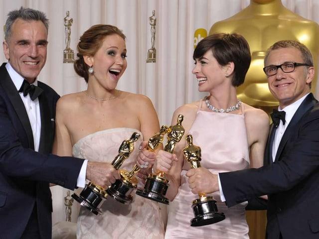 Die vier Schaupsieler posieren mit ihren Auszeichnungen in der Hand.