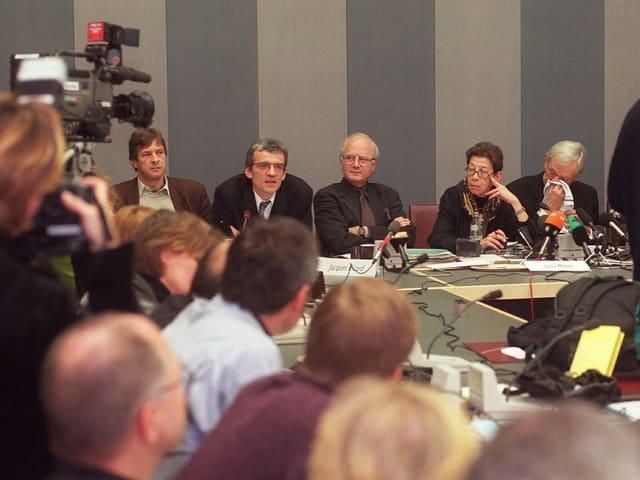 Eine Gruppe von Männern und eine Frage gibt eine Pressekonferenz.