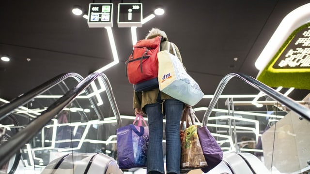 Frau mit Einkaufstaschen.