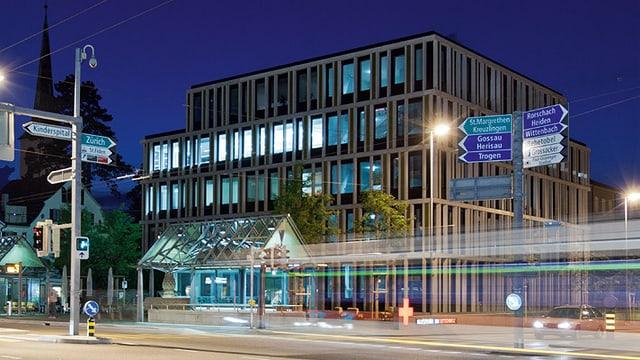 Das Blutspendezentrum in St. Gallen in der Abenddämmerung.